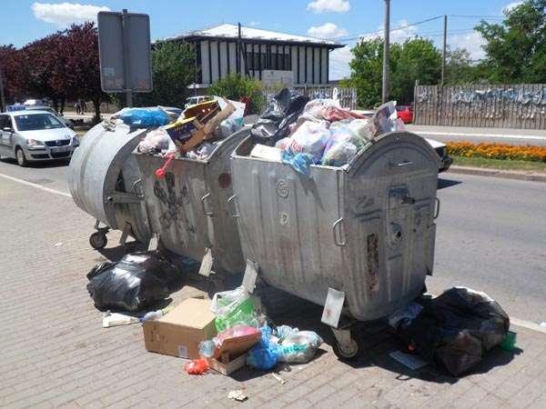 """Skandali në Durrës: Kazanët e mbeturinave """"mirëpresin"""" turistët tek Muzeu Arkeologjik"""