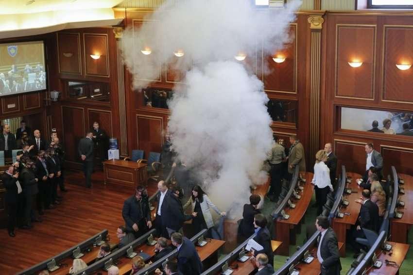 RTK citon një  zyrtar të shërbimit serb   Nesër hidhet gaz lotësjellës në Kuvend