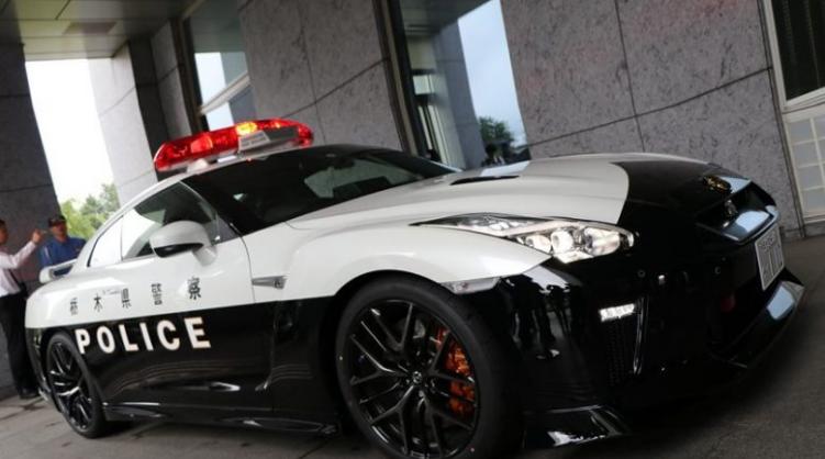 japonezi-i-dhuroi-policise-lokale-hiq-me-pak-se-nje-nissan-gt-r