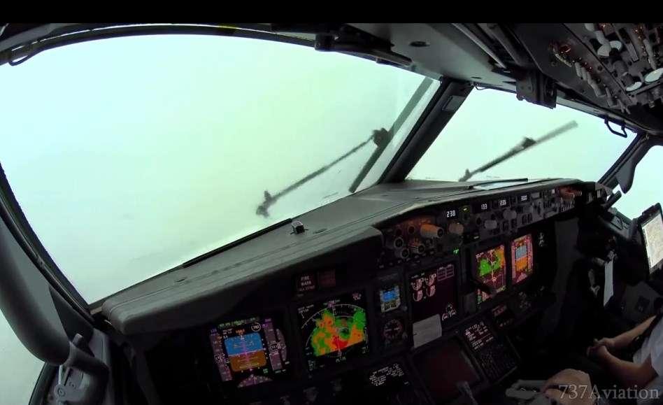 Ja se si duket të aterosh në zona me stuhi nga kabina e pilotit