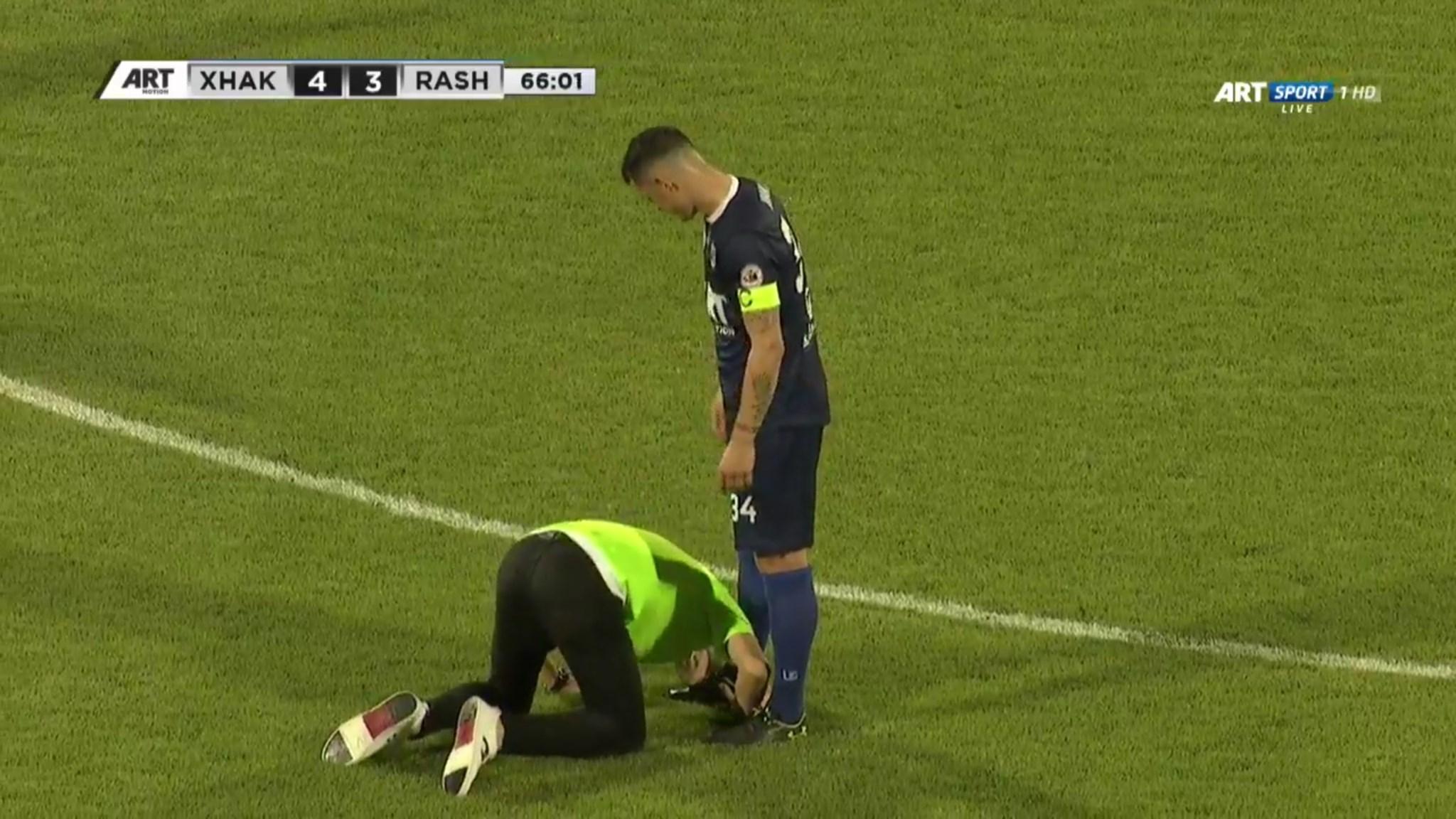 Momenti i mbrëmjes  Tifozi futet në fushë dhe ia puthë këmbën Granit Xhakës