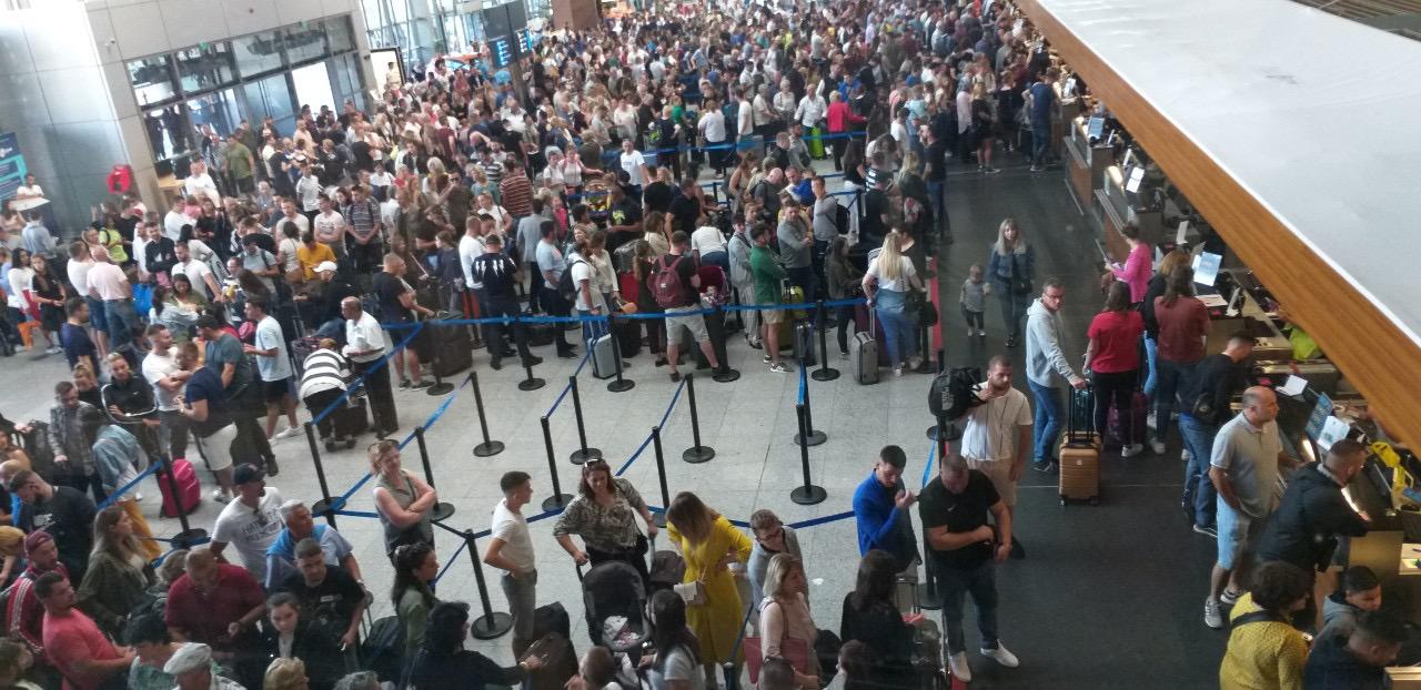 Bllokadë totale në Aeroportin e Prishtinës si pasojë e grevës së punëtorëve