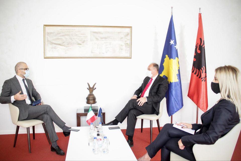 Hoxhaj priti në takim ambasadorin italian, flasin për gjendjen në Kosovë