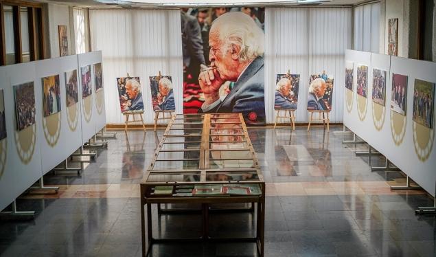 Puna e Anton Çettës vjen në një komplet librash